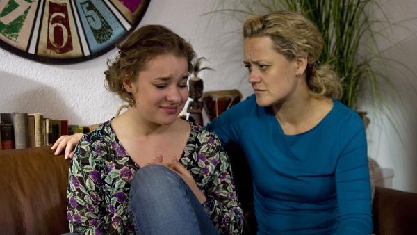 Ming (Ruth Schönherr, li.) erzählt ihrer Mutter (Lisa Feller, li.) von dem Chaos in der WG. | Rechte: MDR/Katharina Simmet