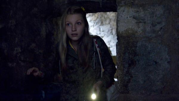 Alva (Annalisa Weyel) hat sich als WG-Diebin bekannt, doch niemand ahnt, für welchen guten Zweck sie das getan hat. | Rechte: MDR/Katharina Simmet