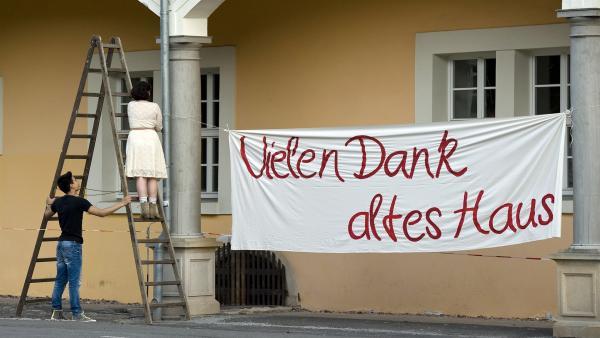 Das Internat ist bis auf Weiteres unbewohnbar. V.l.n.r. David (David Meier) und Pippi (Marie Borchardt).  | Rechte: MDR/Katharina Simmet