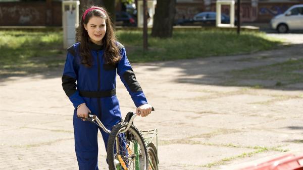 Olivia (Holly Geddert) verbiegt sich vor ihrer Cousine Lotta, um ihr eine Freude zu machen. | Rechte: MDR/Katharina Simmet