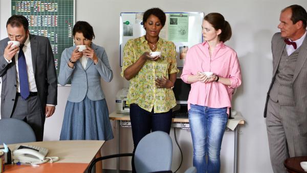 Die Lehrerschaft (v.l.n.r. Rober Schupp, Janina Elkin, Liz Bafoe, Laura Vietzen) kostet den Kaffee von Dr. Zech (Olaf Burmeister). | Rechte: MDR/Marco Wicher