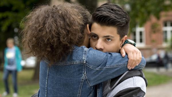 Daphne (Johna Fontaine) umarmt Orkan (Flavius Budean) überschwänglich, doch der hat anderes im Sinn. | Rechte: MDR/Katharina Simmet