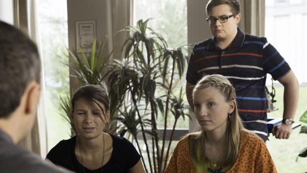 Jule (Maja Hieke) und Alva (Annalisa Weyel) erzählen Herr Berger (Robert schupp) von der Vogelspinne während Remo (Damian Thüne) das ganze misstrauisch beobachtet. | Rechte: MDR/Katharina Simmet