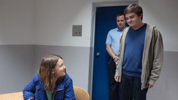 Petra (Elena Hesse) beuscht ihren Bruder Remo (Damian Thüne) im Gefängnis.    Rechte: MDR/Saxonia Media/Paul-Ruben Mundthal