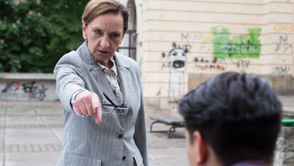 Frau Rottbach (Angelika Böttiger) ermahnt Orkan (Flavius Budean), nachdem dieser Müll hat liegen lassen.    Rechte: MDR/Saxonia Media/Ronny Ristok