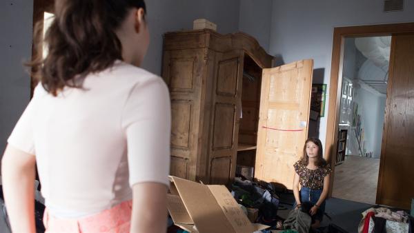 Jules (Maja Hieke, r.) Einzug bei Olivia (Holly Geddert, l.) verläuft nicht wie geplant.    Rechte: MDR/Saxonia Media/Paul-Ruben Mundthal