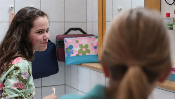 Sarah (Selma Kunze, l.) und Nele (Hanna-Sophie Stötzel) reden beim Zähne putzen darüber, wie sie sich ihre Zeit auf dem Einstein vorgestellt haben. | Rechte: MDR/Saxonia Media/Ronny Ristok