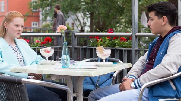 Luisa (Tessa Döckel) hat ein Date mit Orkan (Flavius Budean). | Rechte: MDR/Saxonia Media/Ronny Ristok