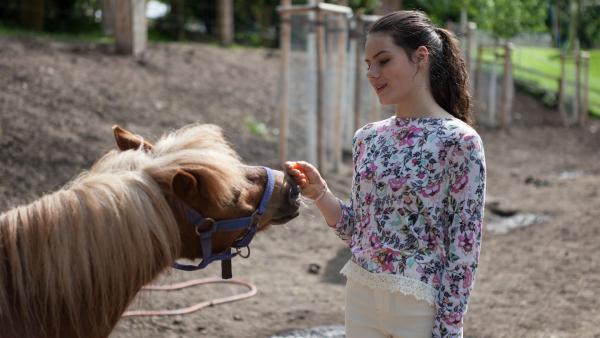 Olivia (Holly Geddert) versucht sich auf andere Gedanken zu bringen. | Rechte: MDR/Saxonia Media/Paul-Ruben Mundthal
