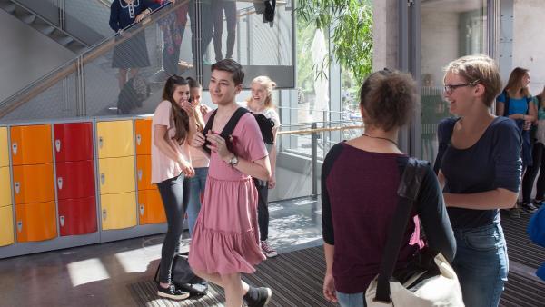 Kasimir (Sinan El Sayed) hat seinen ersten Schultag im pinken Kleid.   Rechte: MDR/Saxonia Media/Paul-Ruben Mundthal
