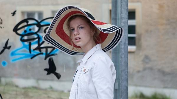 Kathi (Kaja Eckert) macht eine überrraschende Beobachtung.    Rechte: MDR/Saxonia Media/Paul-Ruben Mundthal