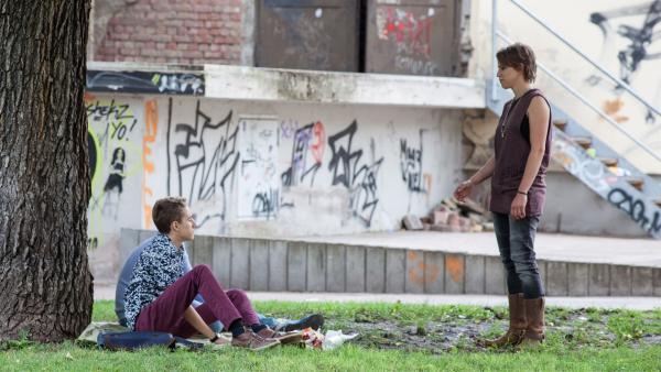 Dominik (Yannick Rau) ist irritiert, als Schiller (Elisa Ueberschär) besonders nett zu ihm ist. | Rechte: MDR/Saxonia Media/Paul-Ruben Mundthal
