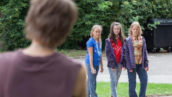 Schiller (Elisa Ueberschär) rügt Martha (Luna Kuse, r.), Sarah (Selma Kunze, m.) und Nele (Hanna-Sophie Stötzel, l.).  | Rechte: MDR/Saxonia Media/Paul-Ruben Mundthal