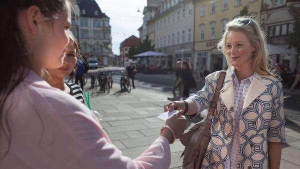 Olivia (Holly Geddert) wird als Model entdeckt. | Rechte: MDR/Saxonia Media/Paul-Ruben Mundthal