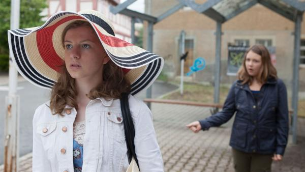 Kathi (Kaja Eckert, l.) diskutiert mit Petra (Elena Hesse, r.), ob Wiebke Schiller vielleicht mit Remo Vage unter einer Decke stecken könnte.  | Rechte: MDR/Saxonia Media/Paul-Ruben Mundthal