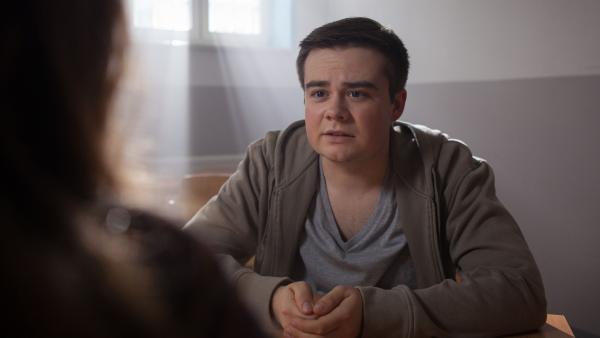 Remo Vage (Damian Thüne) trifft sich im Gefängnis mit seiner Schwester Petra (Elena Hesse). | Rechte: MDR/Saxonia Media/Paul-Ruben Mundthal