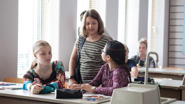 Petra (Elena Hesse, m.) redet vor dem Unterricht mit Alva (Annalisa Weyel, l.) und Dodo (Than Huyen Nguyen, r.). | Rechte: MDR/Saxonia Media/Paul-Ruben Mundthal