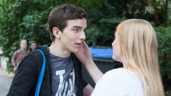 Lennard (Maximilian Braun) wird überraschend von Luisa (Tessa Dökel) geküsst.    Rechte: MDR/Saxonia Media/Paul-Ruben Mundthal