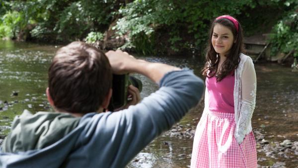Lennard (Maximilian Braun) und Olivia (Holly Geddert)  ahnen nicht, dass ihnen eine romantische Falle gestellt wird. | Rechte: MDR/Saxonia Media/Paul-Ruben Mundthal