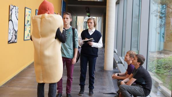 Dominik (Yannick Rau) staunt nicht schlecht, als auf einmal ein Hot Dog vor ihm steht.  | Rechte: MDR/Saxonia Media/Paul-Ruben Mundthal
