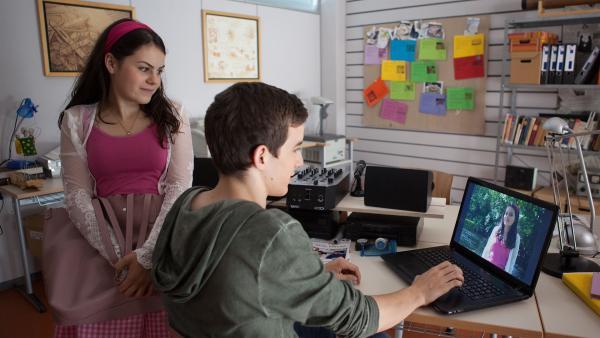 Lennard (Maximilian Braun) und Olivia (Holly Geddert) ahnen noch nicht, dass sie eingeschlossen wurden.    Rechte: MDR/Saxonia Media/Paul-Ruben Mundthal