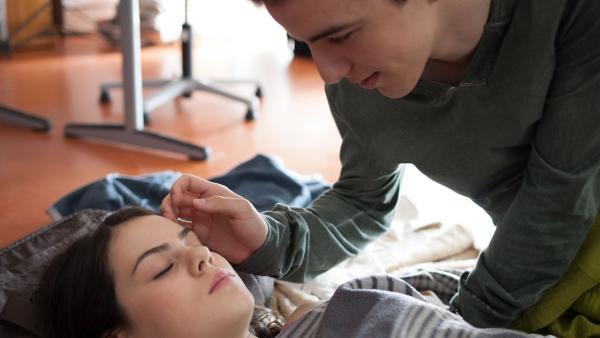 Wird Lennard (Maximilian Braun) Olivia (Holly Geddert) wachküssen? | Rechte: MDR/Saxonia Media/Paul-Ruben Mundthal