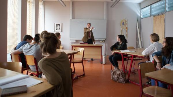 "Dr. Berger (Robert Schupp) ruft den Aktionstag ""Toleranz"" aus.    Rechte: MDR/Saxonia Media/Paul-Ruben Mundthal"