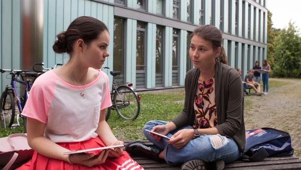 Olivia (Holly Geddert, l.) bangt vor der nächsten Begegnung mit Lennard. | Rechte: MDR/Saxonia Media/Paul-Ruben Mundthal