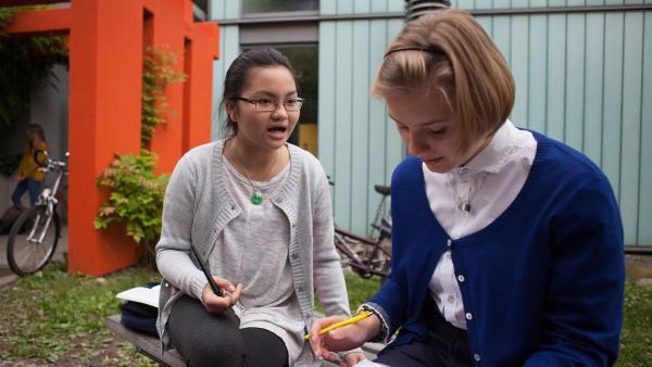 Mila (Ada Lüer, r.) sucht nach einer BFF. | Rechte: MDR/Saxonia Media/Paul-Ruben Mundthal