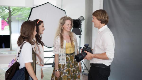 Jule (Maja Hieke, l.) ist Olivia (Holly Geddert, r.) eine große Stütze beim Probeshooting. | Rechte: MDR/Saxonia Media/Paul-Ruben Mundthal