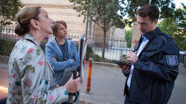 Frau Rottbach und Wiebke Schiller erhalten einen Strafzettel. | Rechte: MDR/Saxonia Media/Paul-Ruben Mundthal