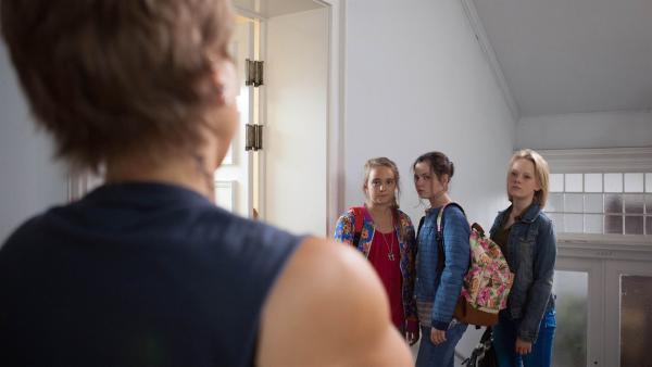 Nele (Hanna-Sophie Stötzel, l.), Sarah (Selma Kunze, m.) und Martha (Luna Kuse, r.) werden nach einer illegalen Nachtwanderung erwischt.   Rechte: MDR/Saxonia Media/Paul-Ruben Mundthal