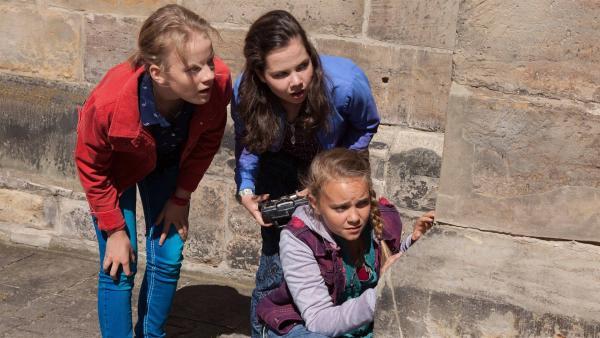 Martha (Luna Kuse, l.), Sarah (Selma Kunze, m.) und Nele (Hanna-Sophie Stötzel, r.) steuern die Drohne. | Rechte: MDR/Saxonia Media/Paul-Ruben Mundthal