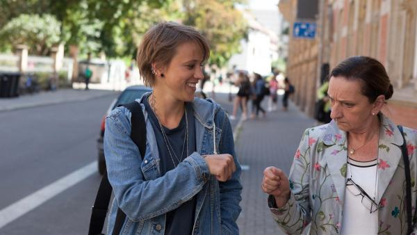 Nach anfänglichen Streitigkeiten sind Wiebke Schiller (Elisa Ueberschär, l.) und Frau Rottbach (Angelika Böttiger, r.) mittlerweile ein Herz und eine Seele.  | Rechte: MDR/Saxonia Media/Paul-Ruben Mundthal