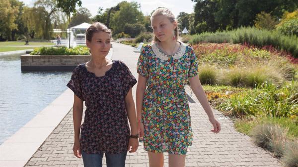 Jule (Maja Hieke, l.) erzählt Alva (Annalisa Weyel, r.), dass sie das Angebot für Olivias Modeljob erhalten hat. | Rechte: MDR/Saxonia Media/Paul-Ruben Mundthal