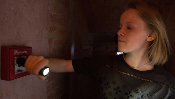 Martha (Luna Kuse) löst den Feueralarm aus. | Rechte: MDR/Saxonia Media/Paul-Ruben Mundthal