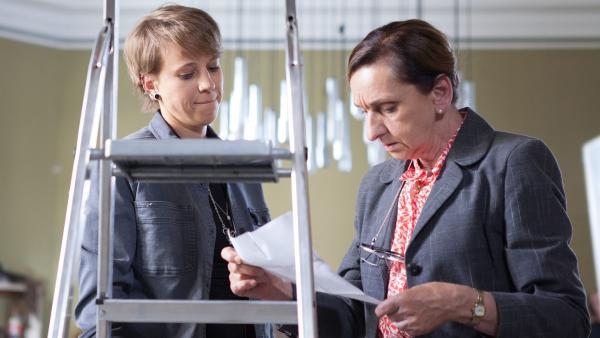 Wiebke Schiller (Elisa Ueberschär, l.) und Frau Rottbach (Angelika Böttiger, r.) studieren ihren Bußgeldbescheid.  | Rechte: MDR/Saxonia Media/Paul-Ruben Mundthal