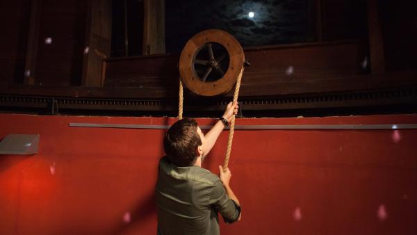 Lennard (Maximilian Braun) sorgt bei dem Date in der Sternwarte für die passende Stimmung.  | Rechte: MDR/Saxonia Media/Paul-Ruben Mundthal