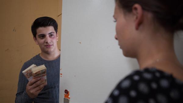Orkan (Flavius Budean) findet in Alvas Zimmer Geld. Jule (Maja Hieke) ist von dem Fund überrumpelt.   Rechte: MDR/Saxonia Media/Paul-Ruben Mundthal