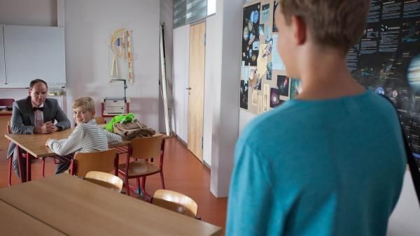 Mit Jannis' (Maximilian Scharr, r.) Hilfe schafft es Henri, (Jakob Menkens, m.) seine Angst vor Herr Zech (Olaf Burmeister, l.) zu überwinden.    Rechte: MDR/Saxonia Media/Paul-Ruben Mundthal