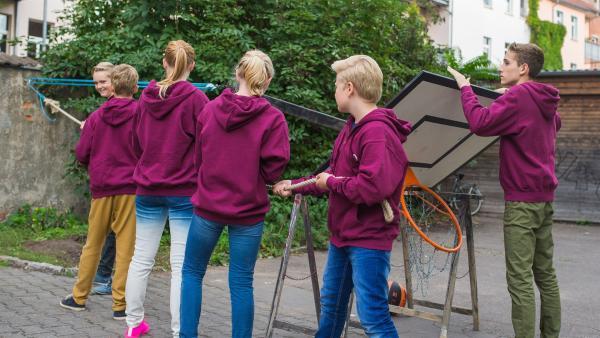 Der geheime Zirkel stellt auf dem Internatshof einen Basketball-Korb auf.  | Rechte: MDR/Saxonia Media/Christoph Gorke