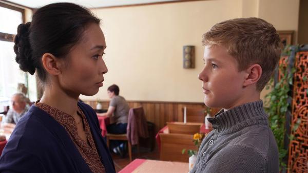 Simon (Tom Linnemann) versucht Dodos Mutter davon zu überzeugen, dass sie wieder an der Drohne mitarbeiten darf.    Rechte: MDR/Saxonia Media/Paul-Ruben Mundthal