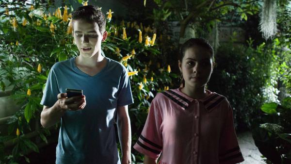 Lennard (Maximilian Braun) und Olivia (Holly Geddert) suchen Martha im Schmetterlingshaus.   Rechte: MDR/Saxonia Media/Paul-Ruben Mundthal