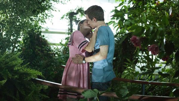 Im Schmetterlingshaus kommt es endlich zum Kuss zwischen Lennard (Maximilian Braun) und Olivia (Holly Geddert).    Rechte: MDR/Saxonia Media/Paul-Ruben Mundthal