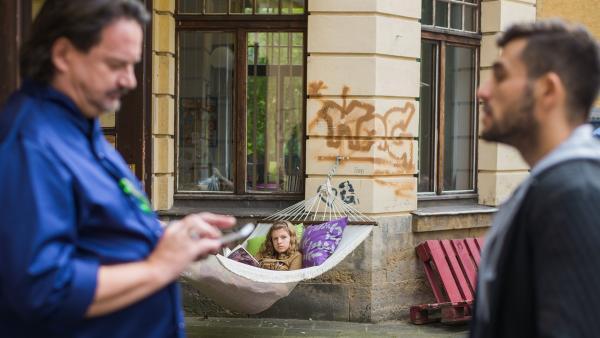 Kathi (Kaja Eckert) bekommt mit, dass der Koch (Kolja Kleeberg) und sein Aufnahmeleiter (Vassili Eichler) die Lehrer reinlegen wollen.  | Rechte: MDR/Saxonia Media/Christoph Gorke