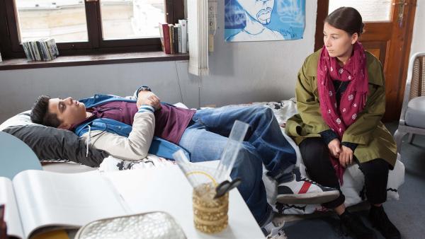 Nach seiner Offenbarung gegenüber Jule (Maja Hieke) weiß Orkan (Flavius Budean) nicht mehr weiter. | Rechte: MDR/Saxonia Media/Paul-Ruben Mundthal