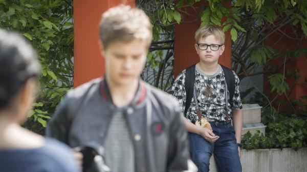 Moritz (Marc Elflein, rechts) versucht es nochmal bei Simon (Tom Linnemann, links), doch der lässt ihn eiskalt abblitzen. | Rechte: MDR/Saxonia Media/Felix Abraham