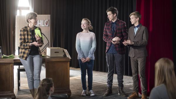 Die Schülersprecherwahl ist entschieden - Frau Schiller verkündet das überraschende Ergebnis.   Rechte: MDR/Saxonia Media/Felix Abraham
