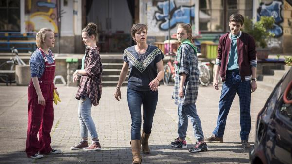 Das gibt Ärger! Die vier Missetäter sehen sich einer zornigen Frau Schiller gegenüber. | Rechte: MDR/Saxonia Media/Felix Abraham