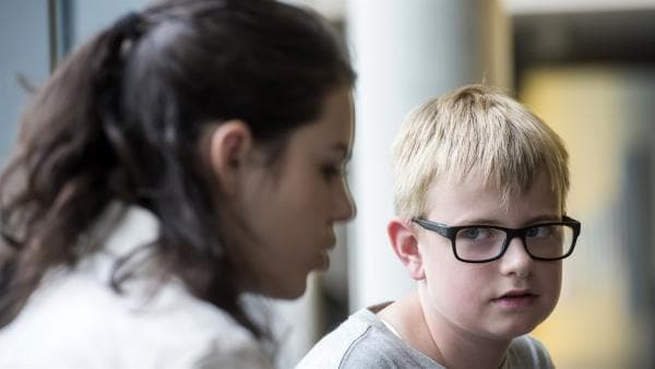 Moritz (Marc Elflein) vertraut sich Olivia (Holly Geddert) an. | Rechte: MDR/Saxonia Media/Jens-Ulrich Koch